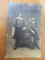 NAMUR:PHOTO CARTE DE 2 HOMMES EN COSTUME D'EPOQUE-THEATRE OU FETE ??_C.VESSIE-JENDRIN ST SERVAIS NAMUR-ROUTE DE GEMBLOUX - Namen
