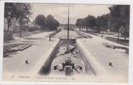 77 NEMOURS L'entrée Des écluses Vue Du Pont , Péniche Dans L'écluse ,navigation Fluviale , Canaux - Nemours