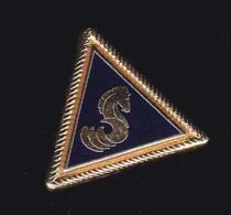 60548-Pin's. BENETEAU Est Un Constructeur De Bateaux à Voile Et à Moteur - Boats