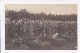 CP MILITARIA Soldats Se Receuillant Devant Des Tombes         Königsbrück  Hubert Alphonse - Personnages