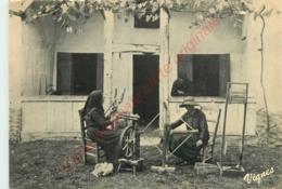 40.  Fileuses Devant Leur Maison .  LES LANDES D'AUTREFOIS . - France