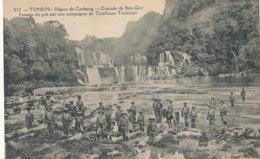 VIETNAM )) TONKIN  Région De Caobang    Cascade De Ban Giot   Passage Du Gué Par Une Compagnie De Tirailleurs 832 - Vietnam