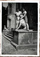 Photo Originale Femmes Posant Avec Des Statues De Chien De Garde à L'entrée D'un Château - Objets