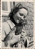 Photo Originale Portrait De Pin-Up Posant Avec Sa Poule Pondeuse En Mai 1940 - Pin-up