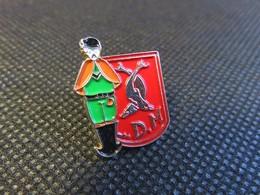 321 - Pin's - L.D.M. - Blason 2 Dauphins - Homme En Habit Traditionnel - Pin
