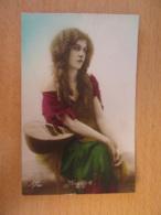 """Carte Postale Fantaisie - Femme Assise Tenant Un Instrument De Musique - """"Mignon"""" - Edition Léo N°186 - Femmes"""