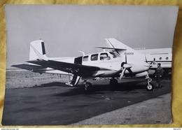 CARTE PHOTO AVION JET PRIVE SUR LA PISTE - Hangar MARCEL DASSAULT- Pilote à Bord, Mécanicien Sur La Piste - 1946-....: Era Moderna