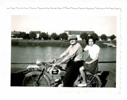 """Photo 6 X 9 Cm - Moto """"Monet Goyon"""" Immatriculée 6191 BC 75 En 1954, Quai Nord à Tournus, Personnes Nommées, Verso - Coches"""