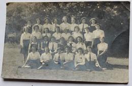 Carte Photo Plusieurs Jeunes Filles école Anglaise Jeanne Longstaff Gillies Mullett Wompra Dewhirst Lieu à Identifier - Postales
