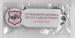 Jeton De Caddie  Porte - Clé  Automobile  CITROËN  2 CV  Noire  Sur  Pub  25 è RENCONTRE NATIONALE DES 2 CV DE FRANCE - Jetons De Caddies