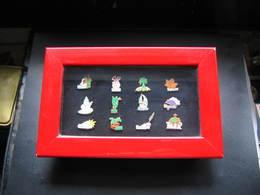 Superbe Coffret Arthus Bertrand Avec Les 12 Pin's Des Mois De L'année.(Dim Cadre 215x135) (surface Vitrée:165x85) - Pins