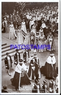 127693 ROYALTY COSTUMES THE QUEEN PASSING THROUGH WESTMINSTER ABBEY POSTAL POSTCARD - Familles Royales