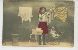 ENFANTS - LITTLE GIRL - MAEDCHEN - Jolie Carte Fantaisie Portrait Fillette étendant Le Linge Avec Poupée Dans Landau - Abbildungen