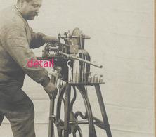 Photo Cartonnée -Métier-homme Et Sa Machine à Pédale Métier à Déterminer- - Anciennes (Av. 1900)