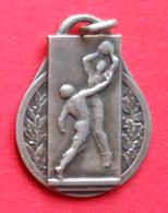 Médaille En Métal Blanc Sur Le Thème Du Basket-Ball - Other