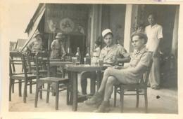 VIETNAM INDOCHINE  SOLDATS TERRASSE CAFE PHOTO  8.50 X 6 CM - Luoghi
