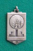 Médaille En Métal Blanc Sur Le Thème Du Basket-Ball - Autres