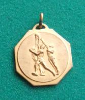 Médaille En Métal Jaune Sur Le Thème Du Basket-Ball - Sport
