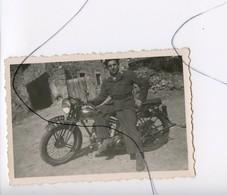 PHOTO A IDENTIFIÉE. Moto .Triumph .NORTON , GILERA , B.S.A , HONDA .SOLDAT Assis Sur Une Moto IMMAT 5554 DA - Coches