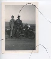 PHOTO A IDENTIFIÉE. Moto .Triumph .NORTON , GILERA , B.S.A , HONDA . Un Couple A Cote D'une Moto - Coches
