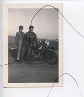 PHOTO A IDENTIFIÉE. Moto .Triumph .NORTON , GILERA , B.S.A , HONDA . Un Couple A Cote D'une Moto - Cars