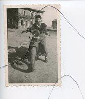 PHOTO A IDENTIFIÉE. Moto .Triumph .NORTON , GILERA , B.S.A , HONDA .Une Femme Assise Sur Une Moto - Coches