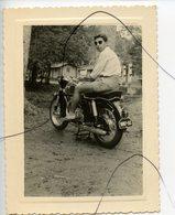 PHOTO A IDENTIFIÉE. Moto NORTON , Un Homme Assis Sur Une Moto. Immat 1087 5C - Cars