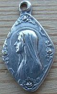 Med-296 Médaille Ancienne Forme Losange à Décor De Roses à Chaque Extrêmité Vierge - Godsdienst & Esoterisme