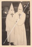 REAL OLD PHOTO KKK 2 KU KLUX KLAN MEMBERS IN A PUB / PHOTO 2 MEMBRES KU KLUX KLAN DANS UN BAR - Religions & Croyances