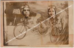 CARTE PHOTO FOTOKAART COURSE DE VELO 2 CYCLISTES, SURREALISME / BRUSSEL 35 K ANVERS 55 / 2 WIELRENNERS HUMOR FIETS TOCHT - Radsport