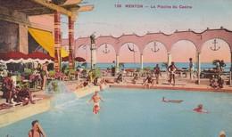 06. MENTON. CPA COLORISÉE. LA PISCINE DU CASINO. ANIMATION..ANNEE 1937 + TEXTE - Menton