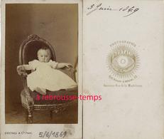 CDV En 1869-bébé Dans Un Fauteuil-- Photo Bertall à Paris - Anciennes (Av. 1900)