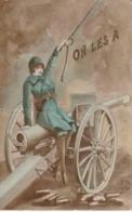 """QU 20- """" ON LES A """" - FEMME SOLDATE SUR CANON - GUERRE 1914/1918 - 2 SCANS - Patriotiques"""