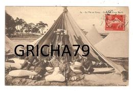 MILITAIRE - 51 CAMP DE CHALONS SUR MARNE (MOURMELON) INTERIEUR D UNE TENTE - Manovre