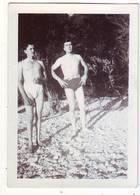 PHOTO -   Jeunes Hommes En Slip De Bain - Ft 9 X 6,5cm - Personnes Anonymes
