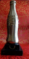 TROPHEE BOUTEILLE  COCA COLA  Années 50' , Bouteille Taille Réelle Couleur Métal Argenté Sur Socle Marbre Noir - Soda