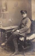 AK Foto Deutscher Soldat Mit Schirmkappe - Atelier Carl Schmidt, Königsbrück - 1. WK (46413) - Weltkrieg 1914-18