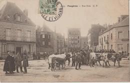 FOUGERES - Rue Dréo. Café Bérange à Gauche - Vaches Et Personnages Sur La Place ( Carte Animée ). - Fougeres
