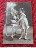 ENFANTS  - FANTAISIES - Jeune Petite Fille Aux Oeufs De Pâques - Portraits