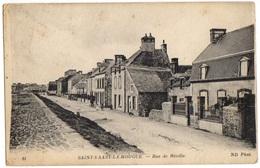 1925 - SAINT VAAST La HOUGUE - Vue Peu Courante Animée Sur La Rue De REVILLE - Saint Vaast La Hougue