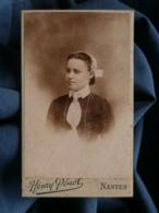 Photo CDV Henry Pénot à Nantes - Portrait Jeune Femme Avec Coiffe, Circa 1890 L481C - Photos