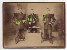 GRANDE PHOTO ALBUMINE - MILITARIA - 88 - RAMBERVILLERS - SOUVENIR DU 17 BATAILLON DE CHASSEURS A PIED - TROIS AMIS - Guerre, Militaire