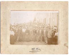 * - Rare ! Photographie De La Grève De Voiron En 1906 - Foule De Manifestants Et Drapeau Rouge. Photographe PARRIOT - Lieux