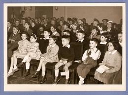 PHOTO 1956 STUDIO GASTON ROCHETTE PARIS 13 X 18 Cm - PETITS GARCONS Et PETITES FILLES ASSIS QUI REGARDENT UN SPECTACLE - Persone Anonimi
