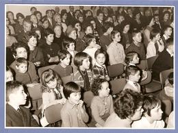 PHOTO 1956 STUDIO BOURDIN CLICHY 12,5 X 17,5 Cm - PETITS GARCONS Et PETITES FILLES ASSIS QUI REGARDENT UN SPECTACLE - Persone Anonimi