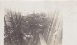 AK Foto Gruppe Deutsche Soldaten Im Schützengraben - 1. WK (46471) - Guerra 1914-18