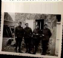 PHOTO AMATEUR 8,5/6 CM AVEC 4 MILITAIRES 1939...VOIR DOS - Oorlog, Militair