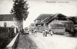 10. AUBE - MONTMARTIN. La Rue De L'Eglise. Facteur à Bicyclette. - Sonstige Gemeinden