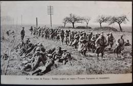N° 316) CPA MILITARIA-SUR LES ROUTES DE FRANCE-SOLDATS ANGLAIS AU REPOS-TROUPES FRANCAISES EN MOUVEMENT - Guerra 1914-18
