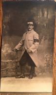 CARTE PHOTO, Soldat Du 45 ème RI ? Avec Brassard Trésor Et Postes, Papier Guilleminot  Bœspflug Et Cie, écrite En 1915 - Régiments